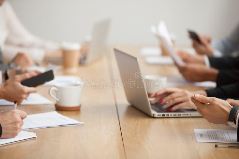 Affärsfolk som tillsammans arbetar på begreppet för konferenstabell, cl royaltyfria foton
