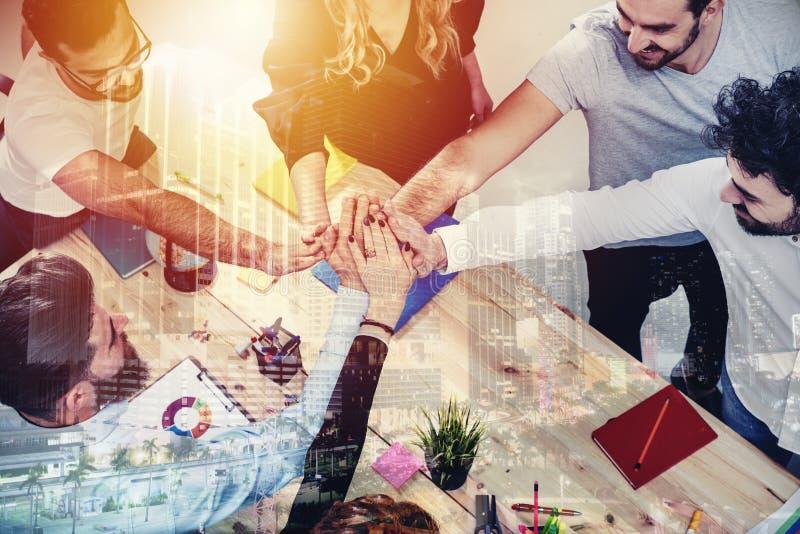 Affärsfolk som tillsammans sätter deras händer Begrepp av integration, teamwork och partnerskap dubbel exponering arkivbilder