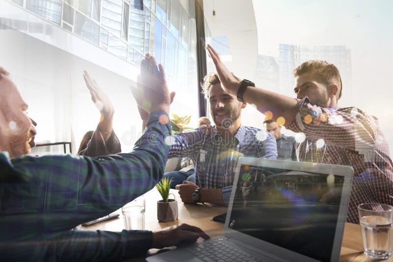 Affärsfolk som tillsammans sätter deras händer Begrepp av starten, integration, teamwork och partnerskap dubbel exponering royaltyfri bild