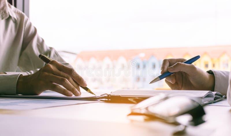 Affärsfolk som tillsammans utbildar på skrivbordet och arbete royaltyfria bilder