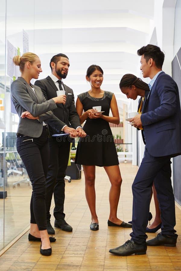 Affärsfolk som tycker om kaffeavbrottet arkivbilder