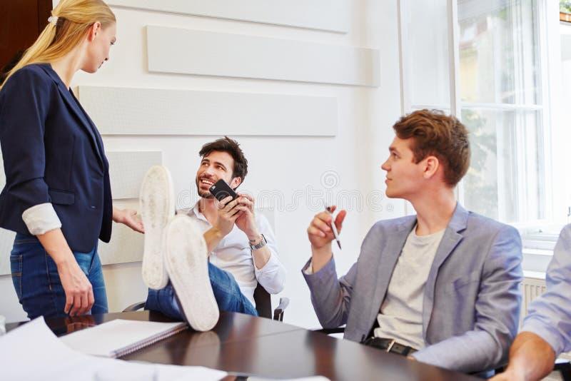 Affärsfolk under avbrott arkivbild