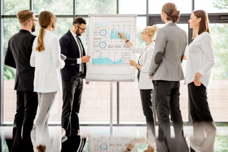 Affärsfolk under en konferens på kontoret arkivbild