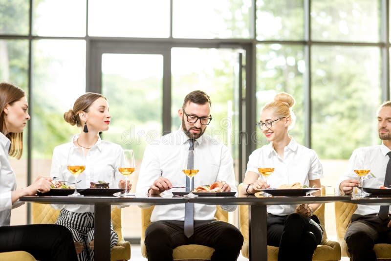 Affärsfolk under en lunch på restaurangen arkivfoton