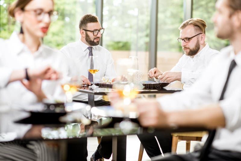 Affärsfolk under en lunch på restaurangen arkivfoto