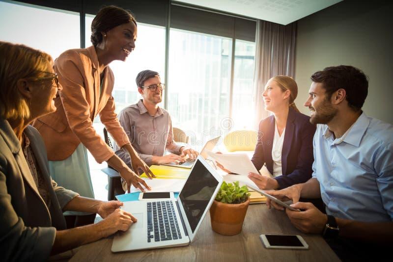 Affärsfolk under ett möte royaltyfri fotografi