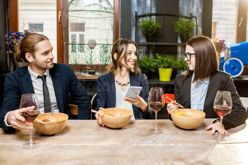 Affärsfolk under matställen i restaurangen arkivfoto