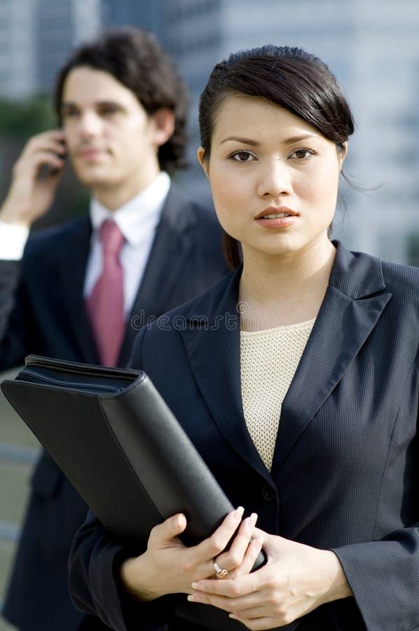Affärsfolk utanför arkivfoto