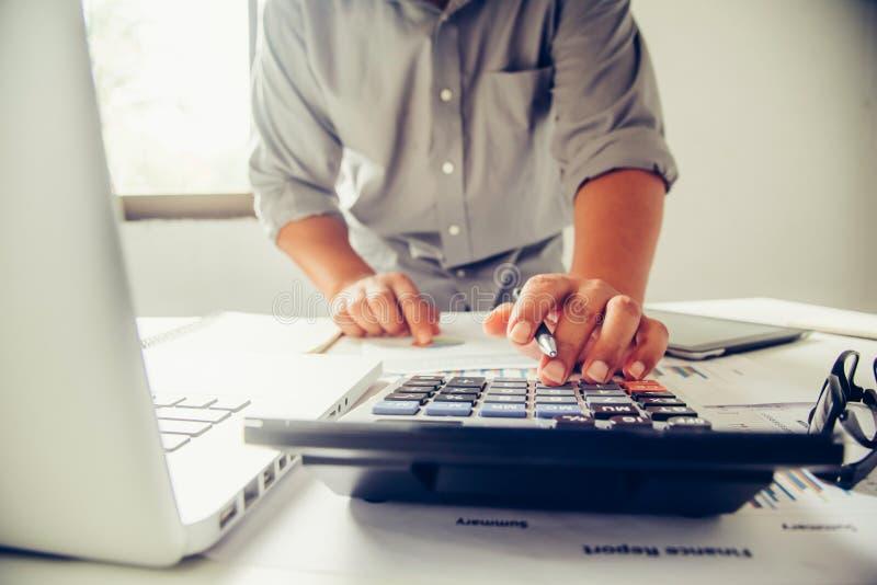 Affärsfolket arbetar på räkenskap i intelligens för affärsanalys royaltyfri bild