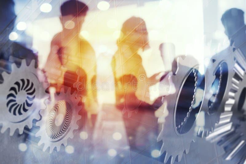 Affärsfolket arbetar tillsammans i regeringsställning med kugghjulsystemeffekter Begrepp av integration, teamwork och partnerskap arkivfoto