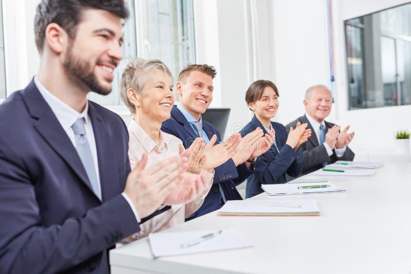 Affärsfolket delar applåd i seminarium arkivbild