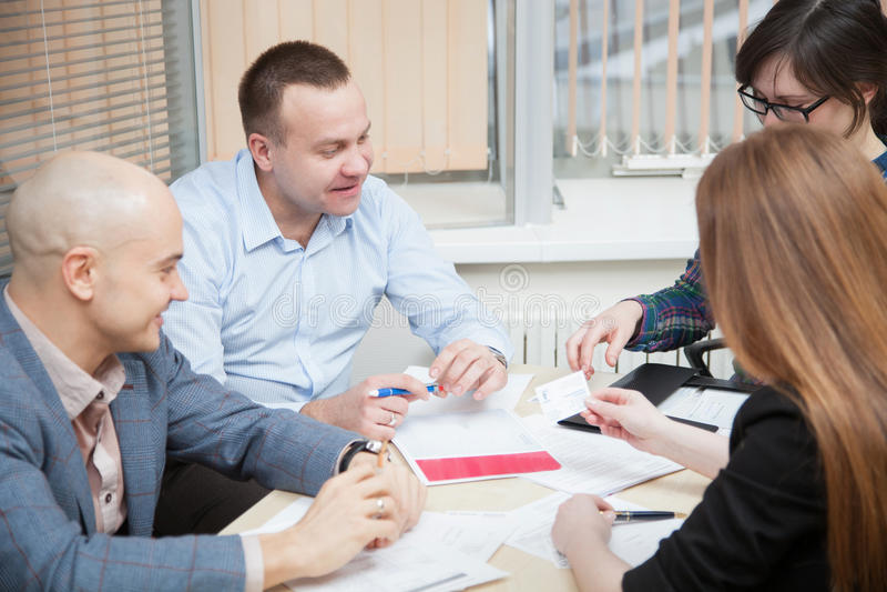 Affärsfolket diskuterar ett projekt arkivfoto