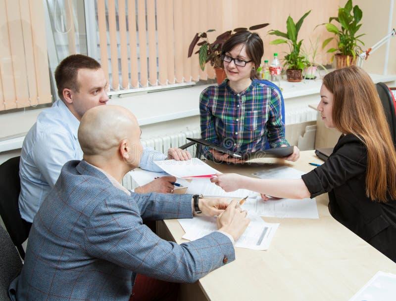Affärsfolket diskuterar ett projekt arkivbilder