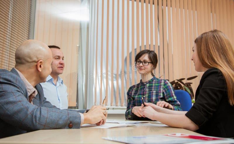Affärsfolket diskuterar ett projekt royaltyfria foton
