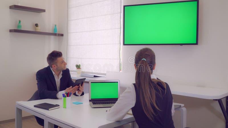 Affärsfolket fokuserade på arbete i modernt kontor royaltyfri foto