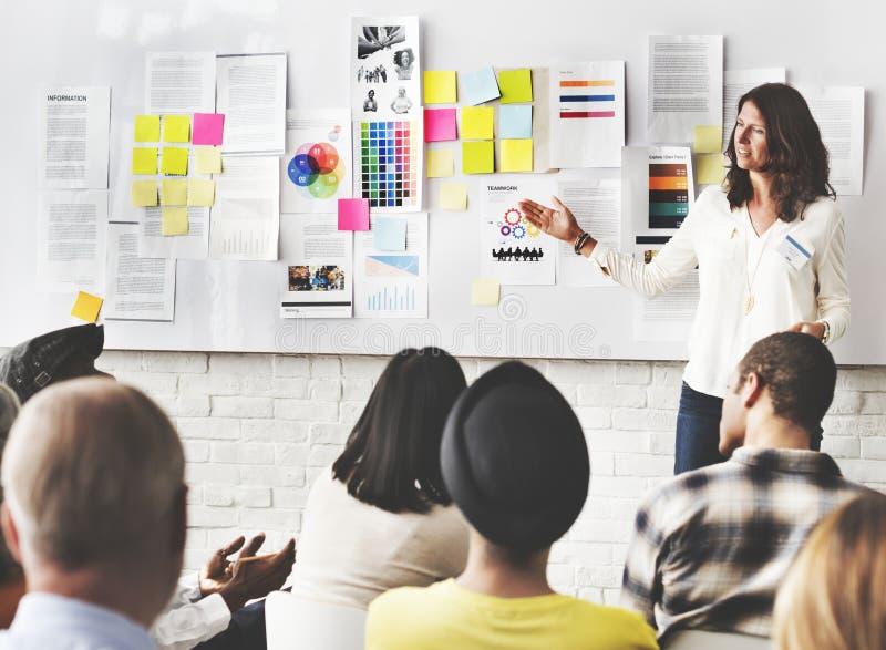 Affärsfolket har en diskussion arkivbild