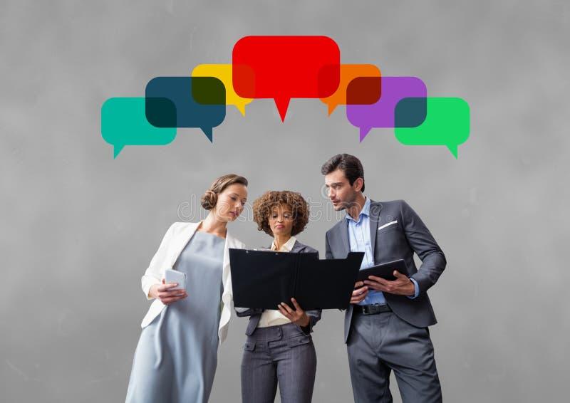 Affärsfolket med anförande bubblar mot grå bakgrund arkivfoton