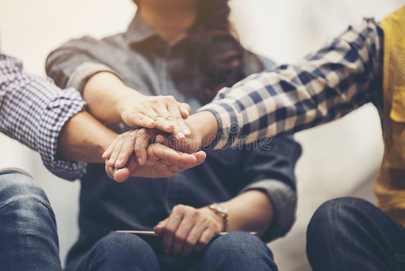 Affärsfolket och arkitekter sammanfogar händer för teamwork och enhet fotografering för bildbyråer