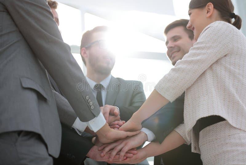 Affärsfolket sammanfogar handen tillsammans under deras möte arkivfoton