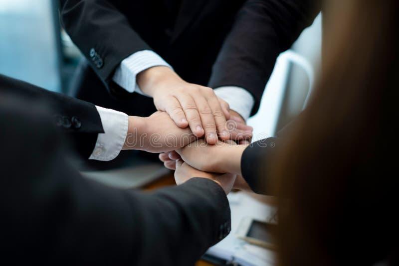 Affärsfolket satte deras händer tillsammans businesspeople som i regeringsställning firar framgångavtalsaffären, affärsidé, affär royaltyfri foto