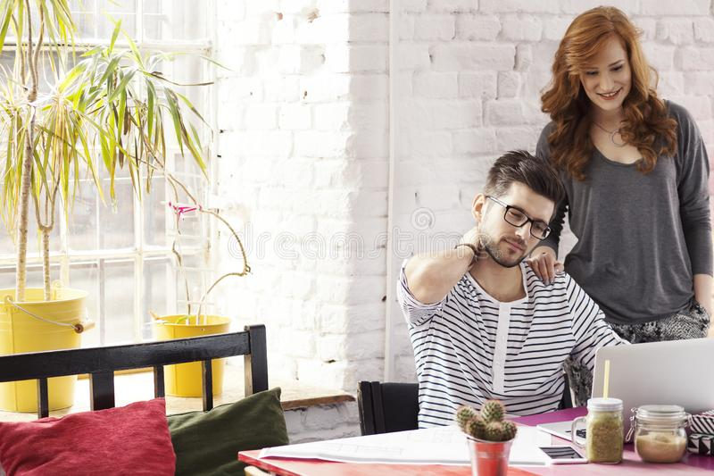 Affärsfolket som arbetar på, startar upp royaltyfri fotografi