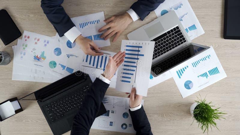 Affärsfolket som diskuterar företaget, anmäler på mötet, planläggningsstrategi tillsammans royaltyfri bild