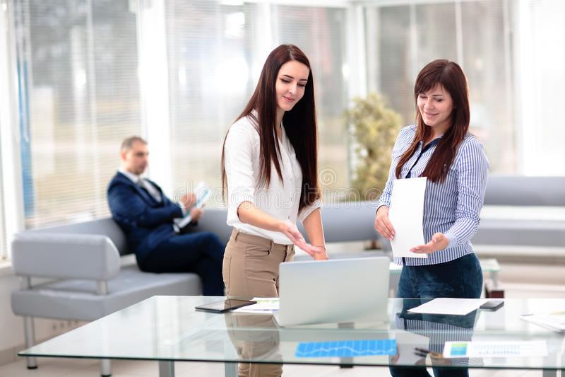 Affärsfolket som har möte bordlägger omkring, i modernt kontor royaltyfri fotografi