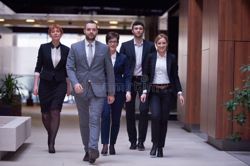 affärsfolket team att gå royaltyfria foton