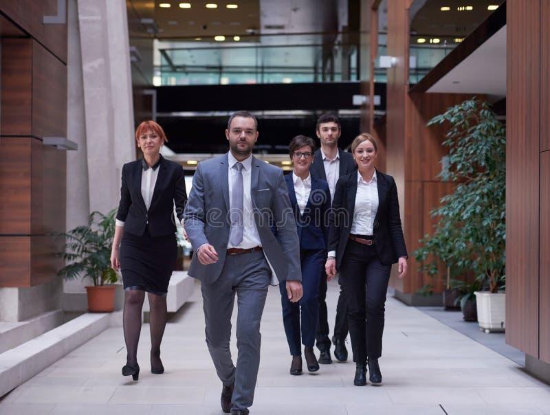 affärsfolket team att gå arkivfoton