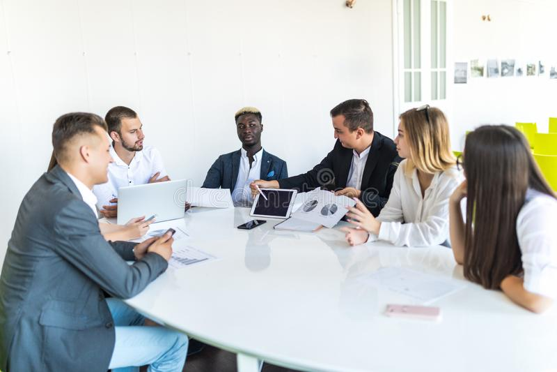 Affärsfolket team på mötearbetsdokument tillsammans i regeringsställning Sista projektmöte arkivfoton