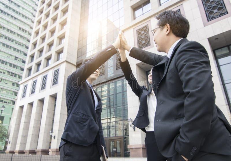 Affärsfolket team visningnäven på himmel, partner och stridighet f royaltyfri foto
