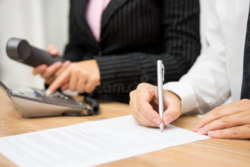Affärsfolket upptas med att kalla den klienten eller kandidaten royaltyfri bild