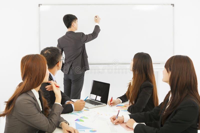 Affärsfolket utbildar på kontoret arkivbild