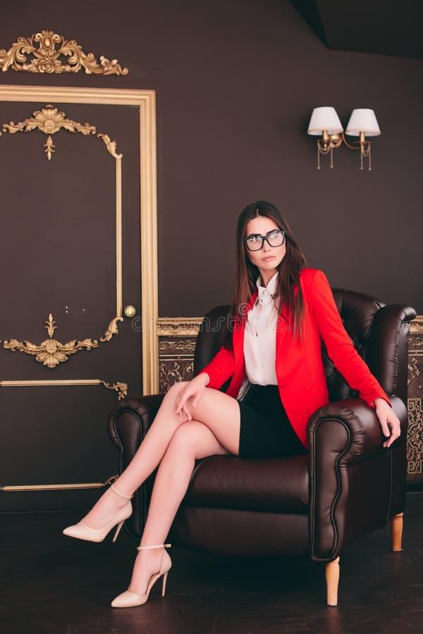 Affärsframstickandeflicka i stol som väntar för att intervjua folk royaltyfria foton