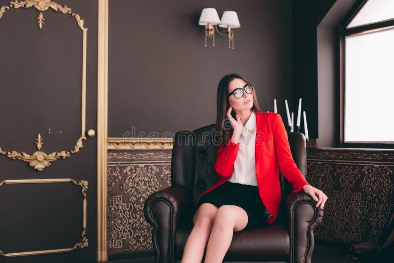 Affärsframstickandeflicka i stol som väntar för att intervjua folk royaltyfri fotografi