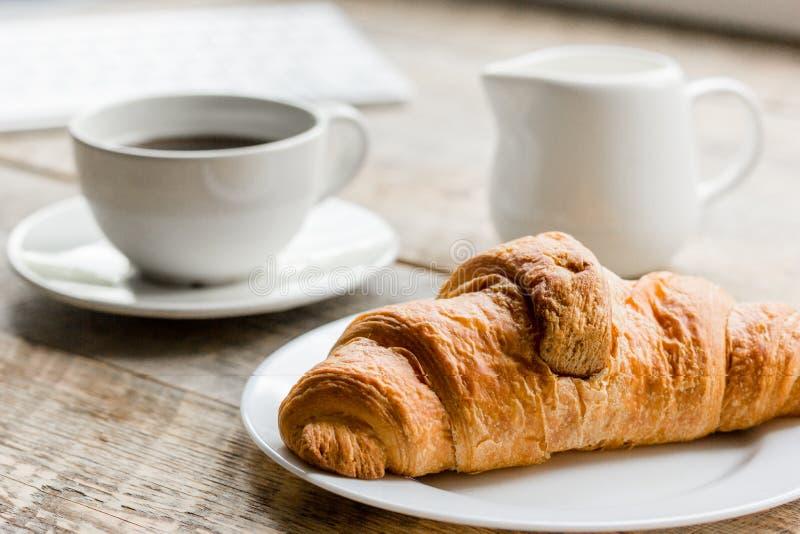 Affärsfrukosten i regeringsställning med kaffe, mjölkar och gifflet på trätabellbakgrund royaltyfri fotografi