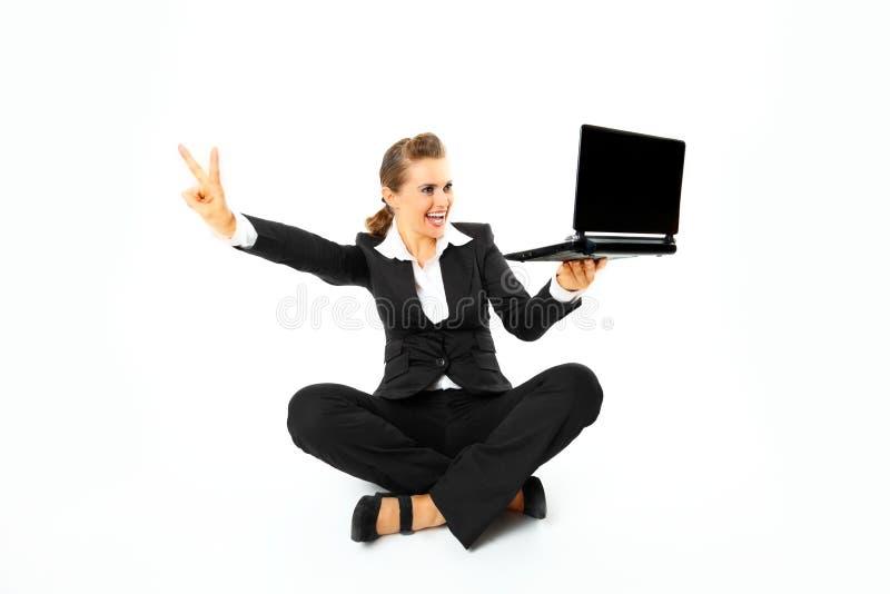 affärsgest som visar den le segerkvinnan arkivbild