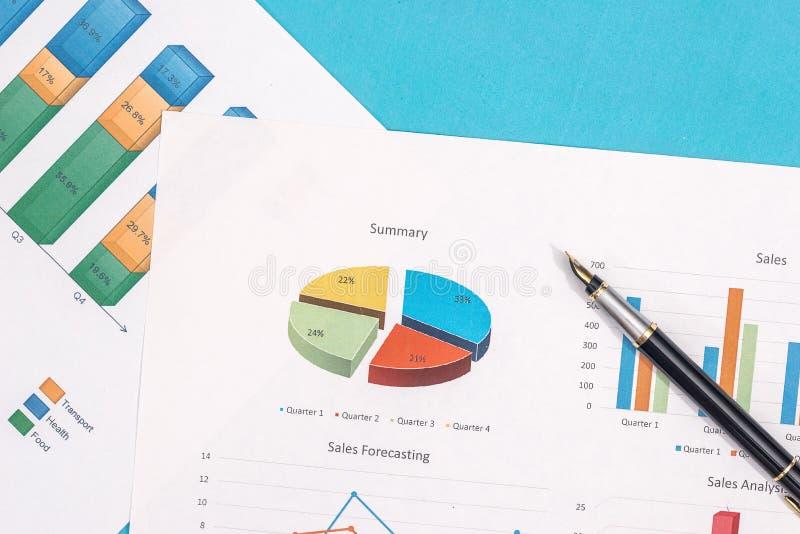 Affärsgraf, diagram och rapport med pennan royaltyfria foton