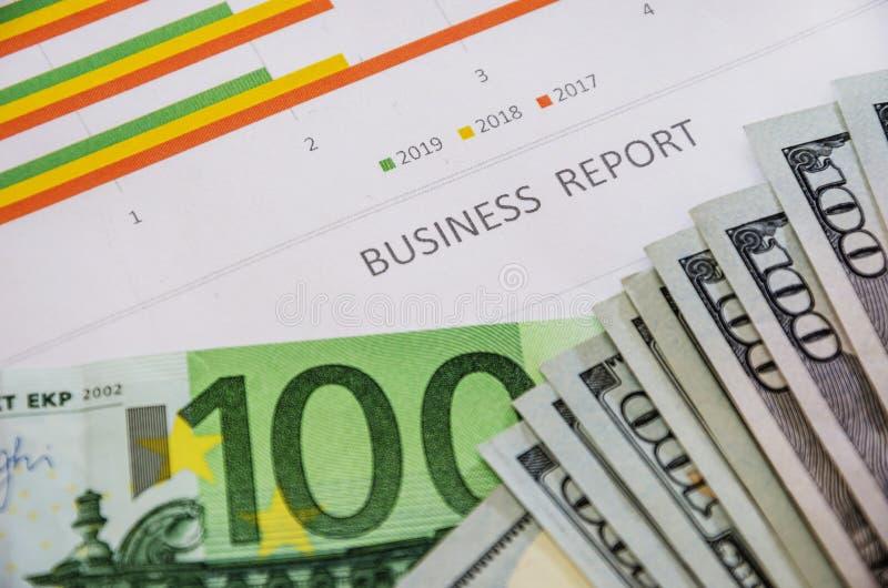 Affärsgraf, dollar och eurosedel N?rbild ovanf?r sikt royaltyfria foton