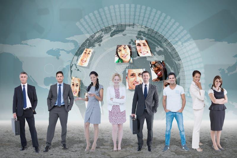 Affärsgrupp mot världen - bred översiktsbakgrund arkivfoto