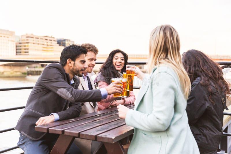 Affärsgrupp som dricker öl efter arbete i London arkivbild