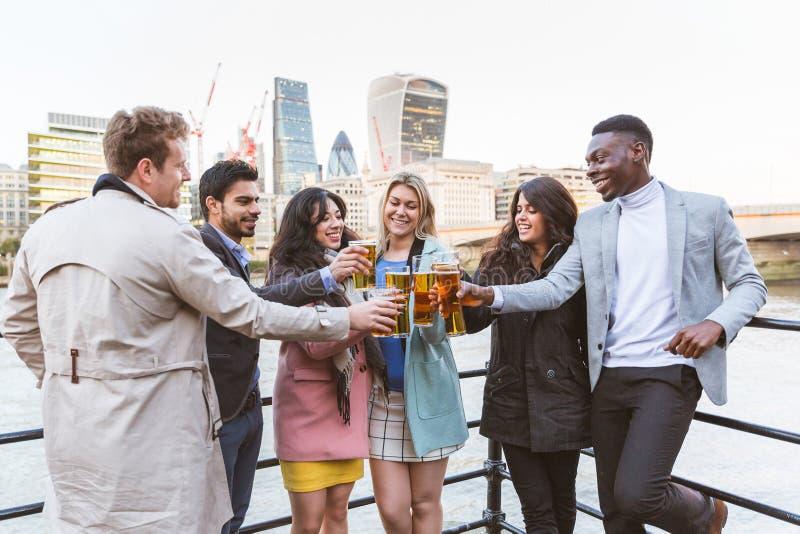 Affärsgrupp som dricker öl efter arbete i London royaltyfria foton