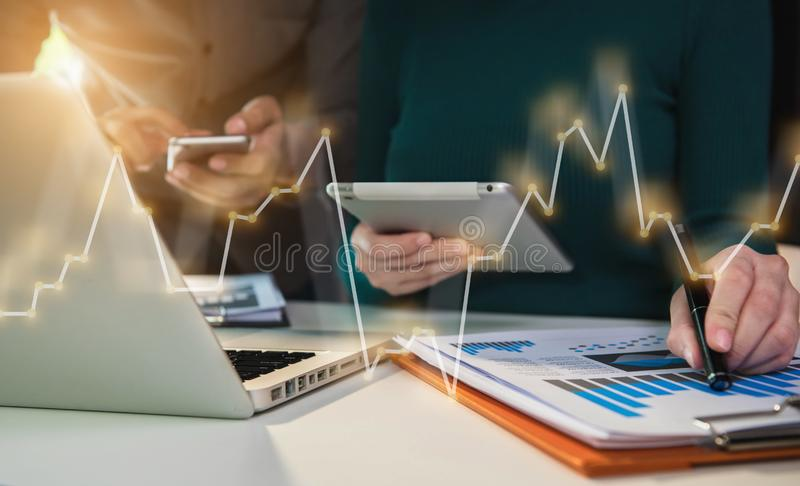 Affärsgruppens närvaro professionell investerare som arbetar med ett nytt startprojekt i tjänst royaltyfri foto