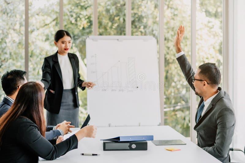 Affärsgruppmöte i konferensrum i modernt kontor royaltyfri foto