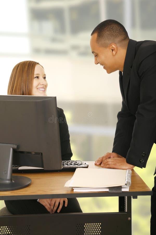 affärsgyckel som har kontorsfolk arkivbild