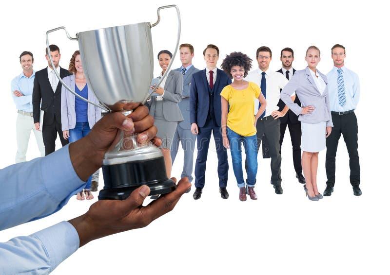 affärshand med trofén som är främst av arbetarna av företaget royaltyfria foton