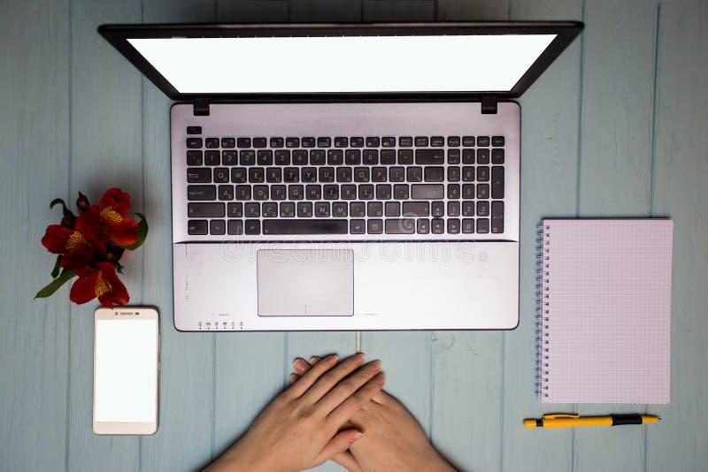 Affärshandkvinna som använder datoren Modern vit tabell för kontorsskrivbord med bärbara datorn och blommor arkivfoton