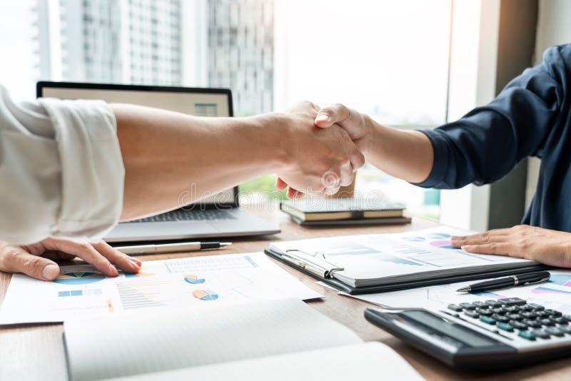 Affärshandskakning efter överenskommelsemöte- eller förhandlingavslutning som handlar upp projekt, partnerskapgodkännande och avt royaltyfria foton