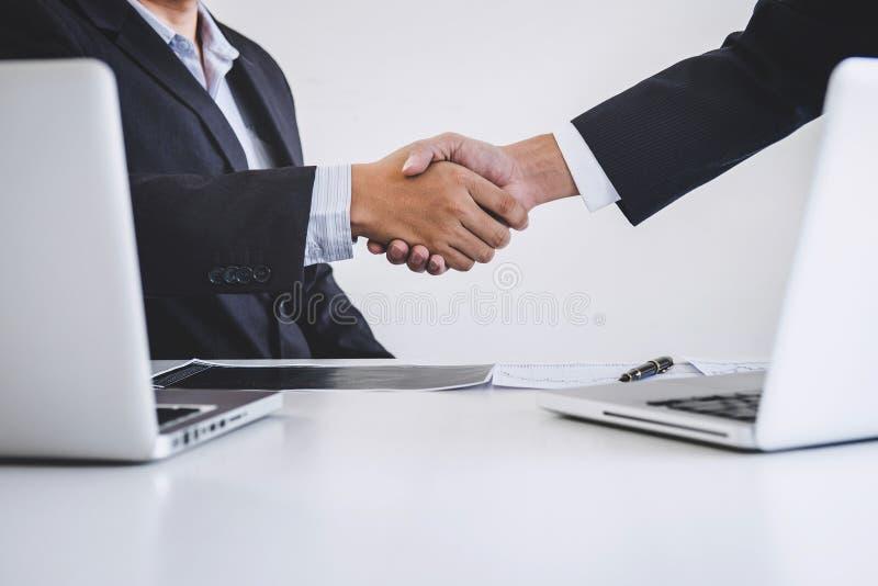 Affärshandskakning efter diskutera och analysgrafaktiemarknaden som åtskilligt handlar av att handla som undertecknar överenskomm fotografering för bildbyråer