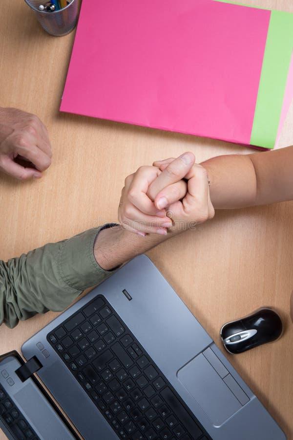 Affärshandskakning för stängande avtal, når underteckning av avtalet mellan företag arkivbild